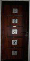 Двери с декоративными элементами